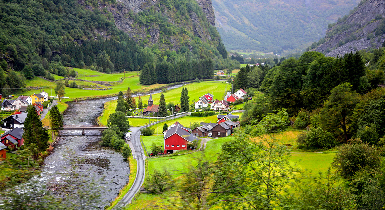 4 slide norway red house n scenic valley pano